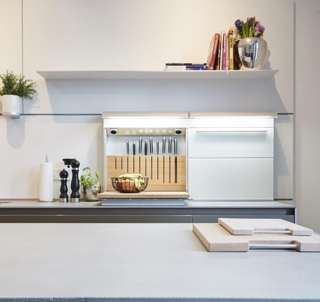 Geschmackvoll gelöst: die Multifunktionsrückwände von bulthaup können in das Rückwandpaneel integriert und wahlweise geöffnet bleiben oder geschlossen werden. (Foto: Küchen-Atelier Hamburg)