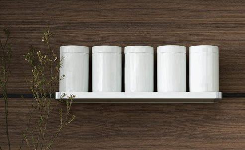 Die zurückhaltenden Porzellandosen bewahren Lebensmittel licht- und feuchtigkeitsgeschützt aus und sehen nebenher noch sehr anmutig auf dem Küchenbord aus. (Foto: bulthaup)