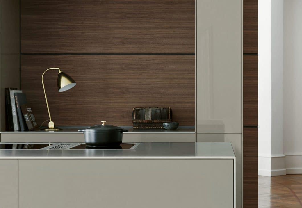 Ein Kochfeldabzug ermöglicht nicht nur die freie Sicht auf den Küchenraum, sondern verleiht der Kücheninsel eine höhere Wertigkeit. Im Zuge einer Küchenrenovierung kann so ein Detail entscheidend sein. (Foto: bulthaup)