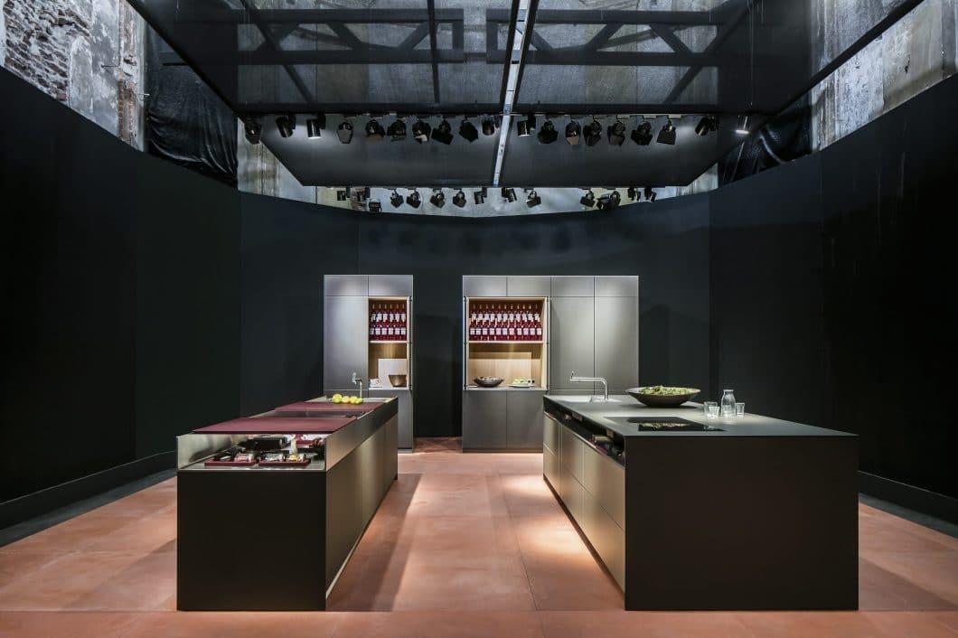 Luxusküchenspezialist bulthaup fertigt die exklusiven Arbeitsplatten seiner Küchen selbst an. Dazu zählt auch die neue flexible Arbeitsoberfläche mit verschiebbaren Worktops. (Foto: bulthaup)