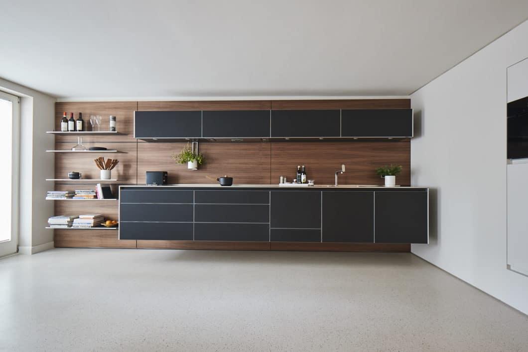 Mattlack ist ein großer Trend in modernen Küchen. Die damit gestalteten Oberflächen wirken elegant und zurückhaltend – und sind leider pflegeaufwändiger, als Hochglanzlack. Abhilfe sollen Methoden der Anti-Fingerprint-Beschichtung schaffen. (Foto: bulthaup)