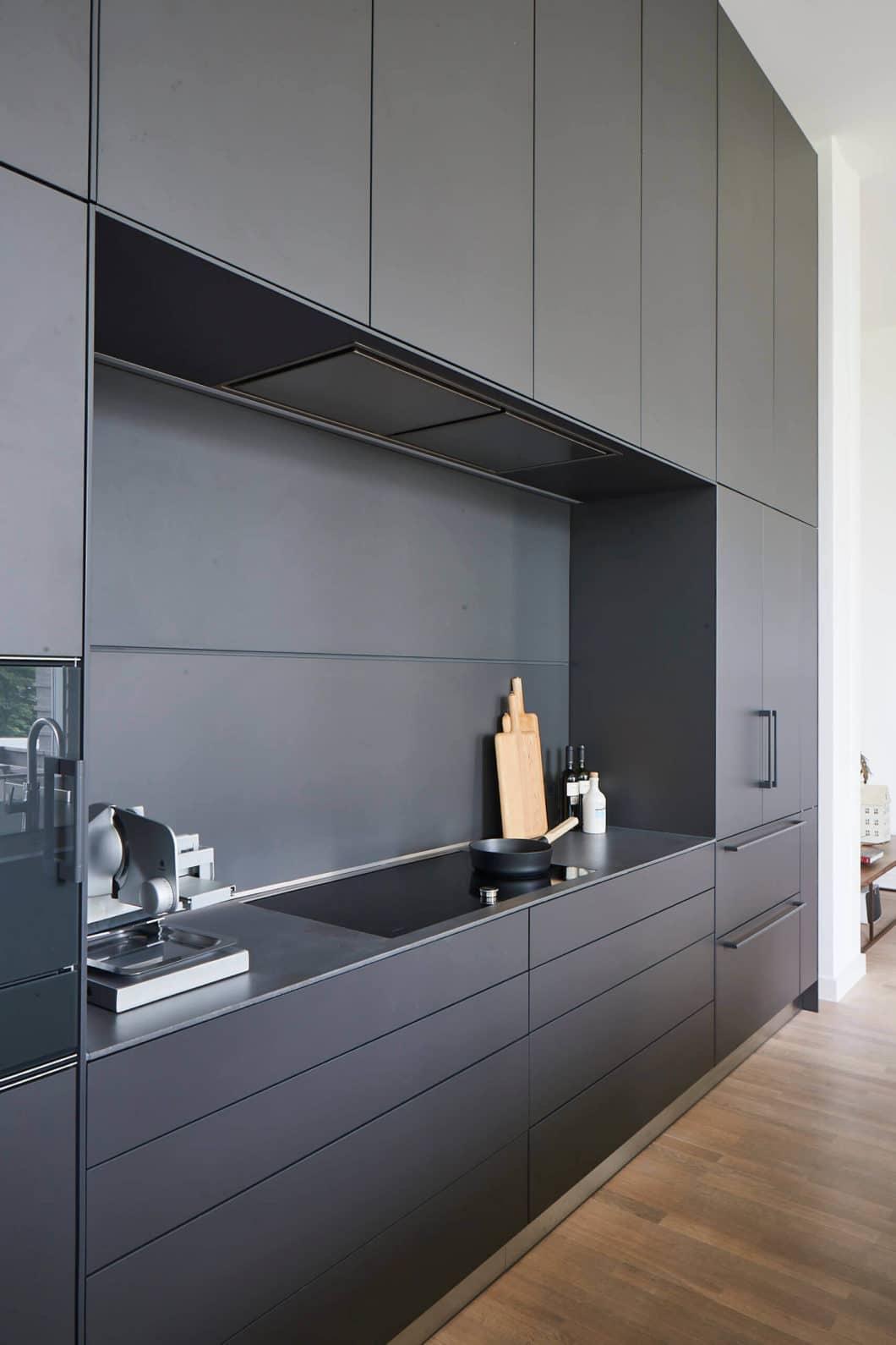Der anspruchsvolle Küchenplan musste es mit einer meterhohen Decke und imposanten Raumverhältnissen aufnehmen. Der bodenlange Korpus wird durch eine feine architektonische Symmetrie strukturiert. (Foto: Volker Renner/ KAH Hamburg)