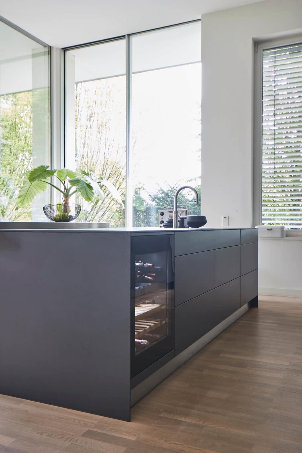 Puristische Stringenz, eine monochromatische Farbgebung und hochwertige Geräte wie dieser Weinklimaschrank machen die epochale Küche in der Hamburger Villa zu einem absoluten Liebhaberstück. (Foto: Volker Renner/ KAH Hamburg)