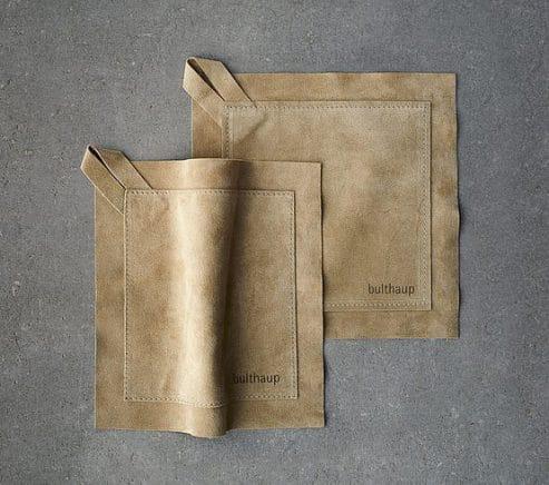 Minimalistisch-dünne Ledertopflappen, die dank doppelter Lederschicht die Hände vor Verbrennungen schützen: Ein elegantes Geschenk. (Foto: bulthaup)