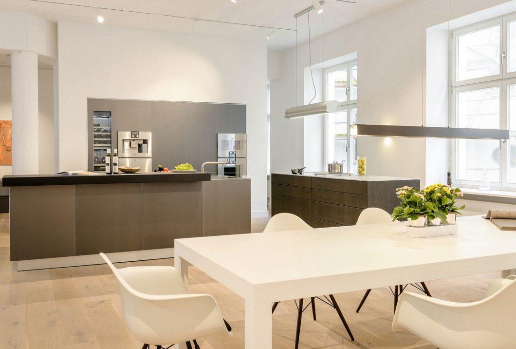 Ein unverbindlicher Bummel durch Küchenstudio und Möbel-Showroom ist erlaubt – lassen Sie die Materialauswahl und Zusammenstellung auf sich wirken. (Foto: bulthaup am Preußenpark)