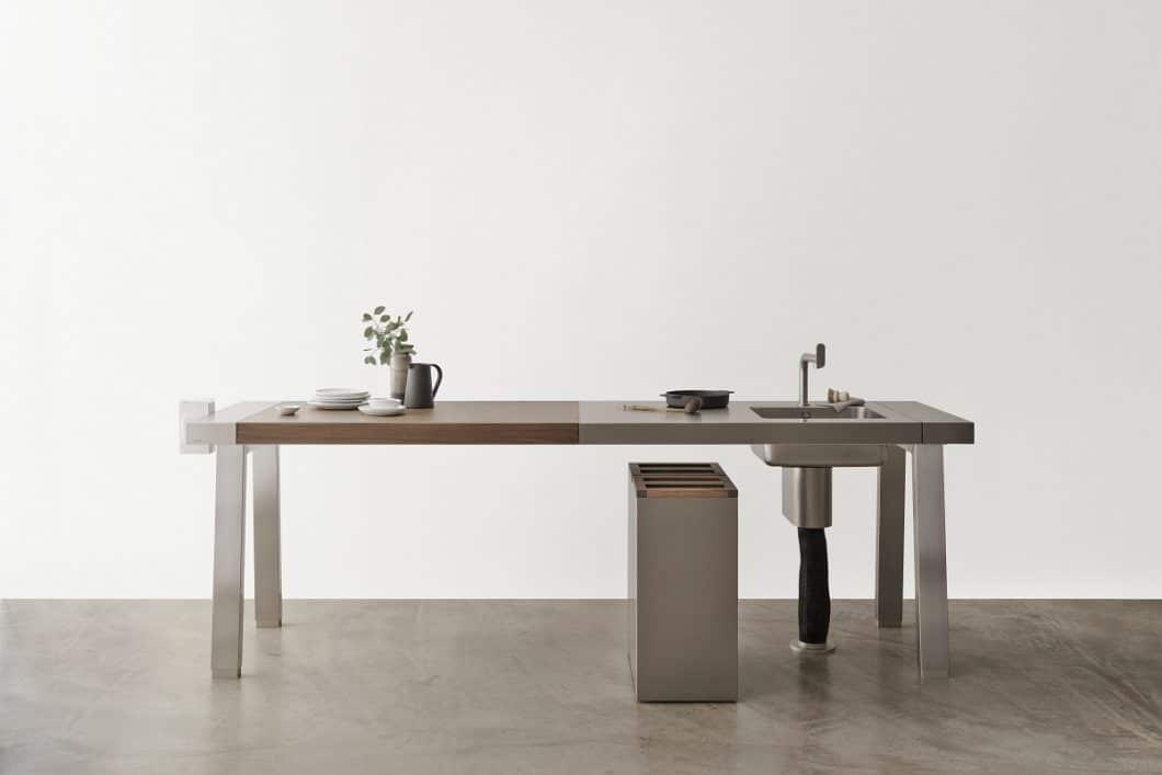 Die bulthaup b2-Werkbank dient als Arbeitsfläche zum Schneiden, als Wasserstelle und zeitgleich auch als Esstisch. Zusätzlich kann man eine Edelstahl-Bank mit Kochstelle wählen. (Foto: bulthaup)