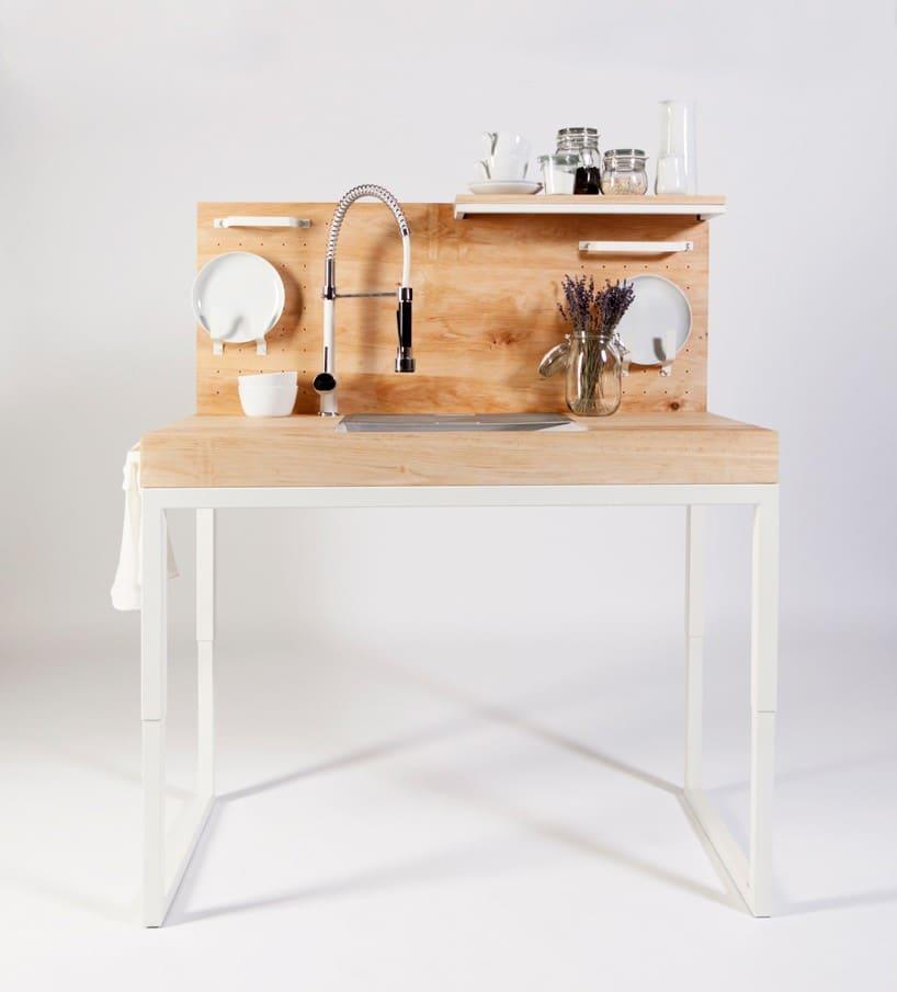 Modul 1 besteht aus einer Spüle, einer Abtropffläche sowie einer Lochrückwand zum Aufhängen von Geschirr und Küchenutensilien. (Foto: Dirk Biotto)