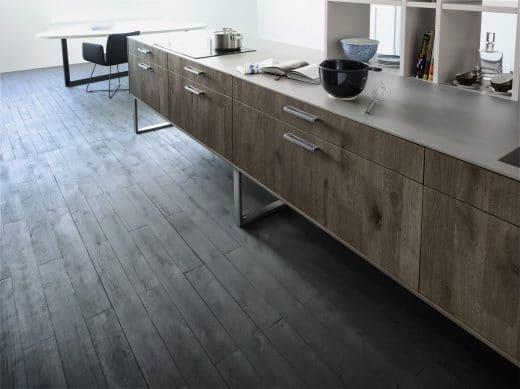 Holzküchen wie hier von LEICHT liegen im Trend: Sie vermitteln Wärme und Natürlichkeit. Doch oft genug leidet die Natur darunter. Mit den Siegeln muss das nicht sein - LEICHT macht es vor. (Foto: Classic Fs Xylo Leicht)