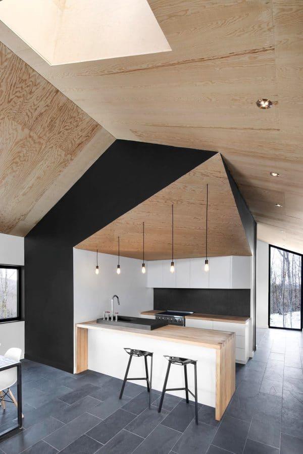 Die Dachschräge in der Dachschräge: Auf einer guten Höhe gerade Wände einziehen für die Küchenschränke - aus allem anderen einen Hingucker machen. (Foto: Nature Humaine)