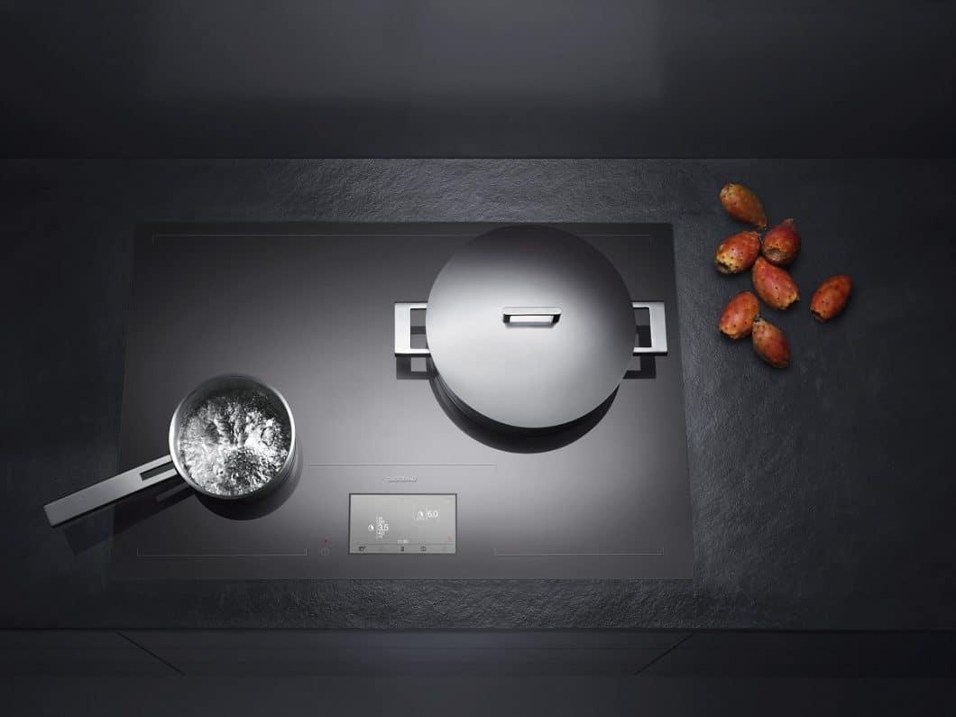 Bereits 2011 wurde das erste Gaggenau Vollflächeninduktionskochfeld für maximale Freiheit beim Kochen vorgestellt - und für sein ästhetisches Design (hier: rahmenlos) ausgezeichnet. Nun wird eine überarbeitete Version erscheinen. (Foto: Gaggenau)