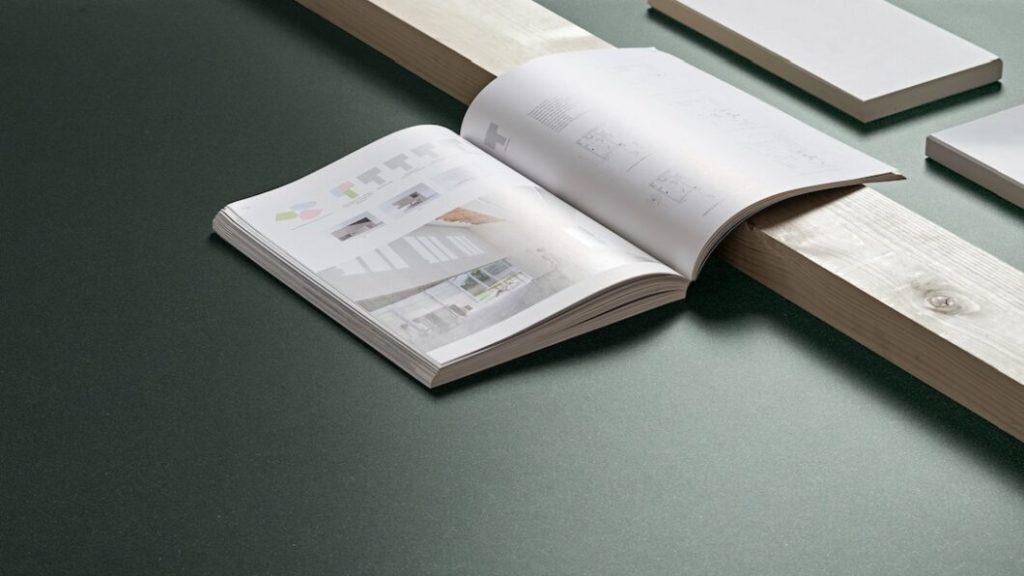 """Ein sattes, warmes Grün definiert den Look der Dekton-Oberfläche Feroe in der Kollektion """"Chromica"""". (Foto: Cosentino)"""
