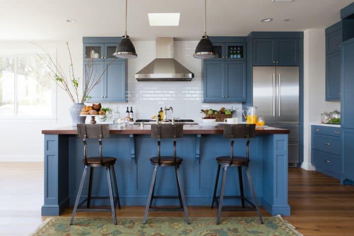 Dem industriellen Küchenflair nähert man sich mit dieser petrolfarbenen Küche mit Stahlstühlen und dunkeln Pendelleuchten. Rustikal und doch elegant. (Küche: Denton Developments, Hermosa Beach Design)