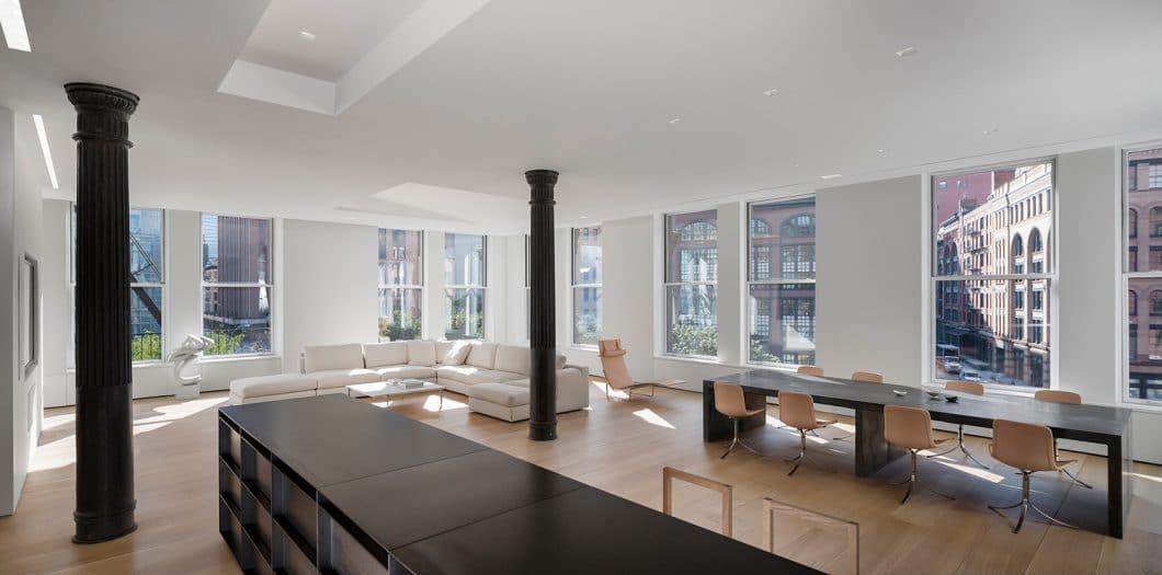 Der atemberaubende Ausblick beim Kochen auf New Yorks Skyline kann nur beim Blick auf die Küche selbst getoppt werden... (Foto: Paul Warchol for Desai Chia Architecture)
