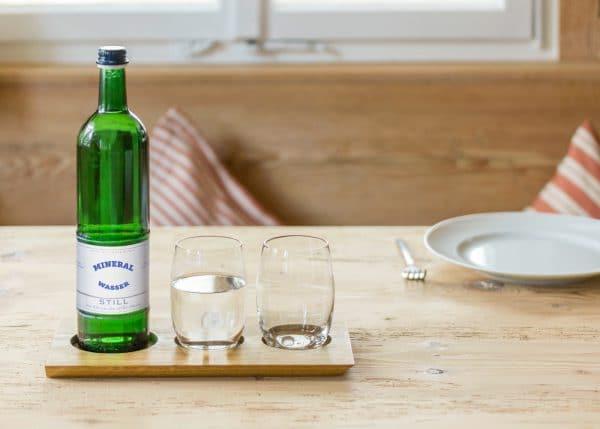 Wassertrinken ist wichtig - wer wüsste das besser als katergeplagte Wiesn-Besucher? Enorm hochwertig ist da das Getränkebrett aus hellem Eichenholz für 2 Gläser plus Flasche. (Foto: design im dorf)