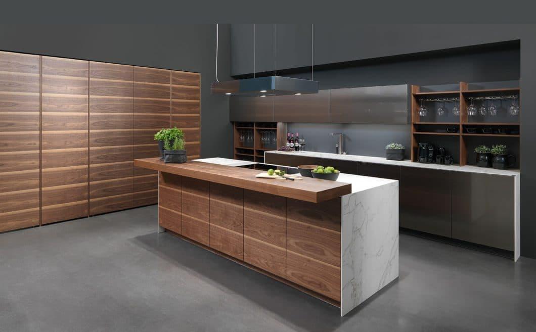 Eine elegante Form der urbanen High-End-Küche: Walnussholz trifft bei ino(x) auf kühle Edelstahlfronten und funktionales Dekton. (Foto: rational)