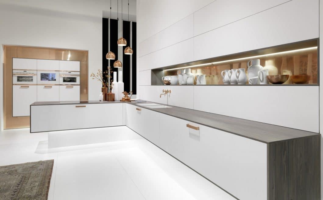 Weiße Fronten in minimalistischem Design bieten viele Hersteller an. Mit dem hochwertigen metallischen Rahmen versetzt rational seinen Küchen einen besonderen Designeffekt. (Foto: rational)