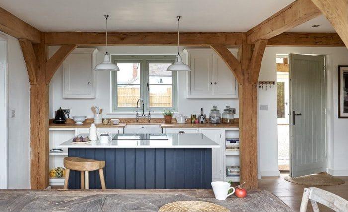 Ländlich wird es auch mit diesen dunkelblauen Holzverschlägen einer Küche im britischen Herefordshire: Die Kücheninsel ist Hingucker und Herzstück zugleich. (Küche: devolkitchens, Herefordshire Cottage)