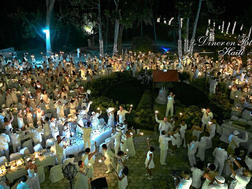 (6) Haiti hingegen belässt es bei stimmungsvollem Kerzenlicht. (Foto: dinerenblanc.info)