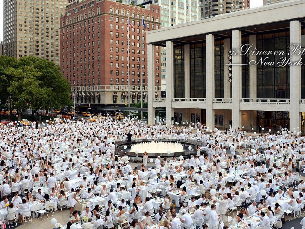 (4) Die Wolkenkratzer lassen New Yorks White Dinner trotz imposanter Teilnehmerzahlen winzig erscheinen. (Foto: dinerenblanc.info)