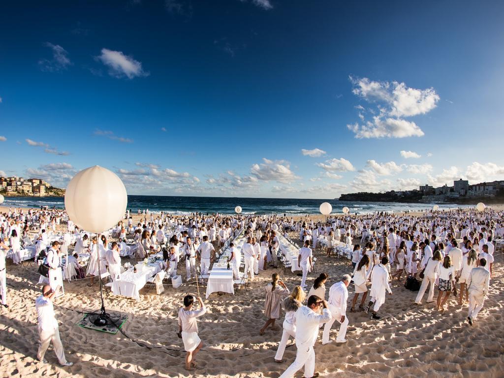 (11) In Sydney wird das Dîner en blanc vor der weltberühmten Oper aufgetischt - oder einfach kurzerhand am wundervollen Stadtstrand. (Foto: dinerenblanc.info)