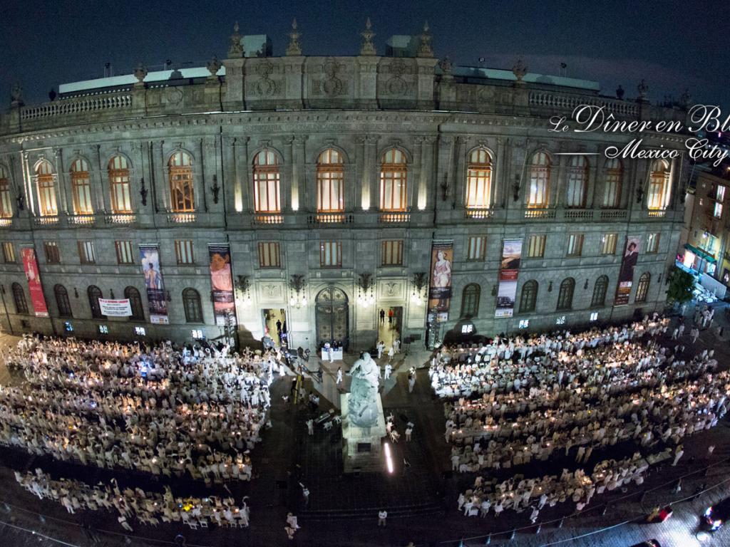 (10) in Mexico City tafelt man vor der altehrwürdigen Kathedrale. (Foto: dinerenblanc.info)