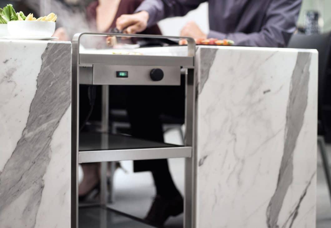 Mit einem Servierwagen, der gleichzeitig als Wärmeplatte fungiert, lassen sich Gerichte beispiellos einfach von der Küche an den Tisch transportieren. (Foto: Poggenpohl)