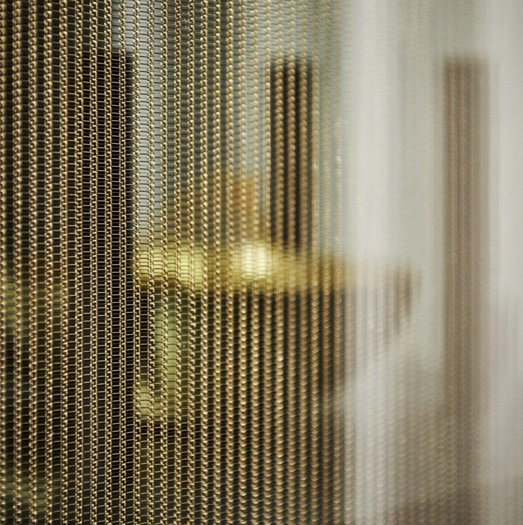 """Schimmerndes Gewebeglas bildet die Front der eggersmann """"Smoked Larch""""-Hochschrankreihe und erzeugt einen nahezu magischen Anblick. (Foto: eggersmann)"""