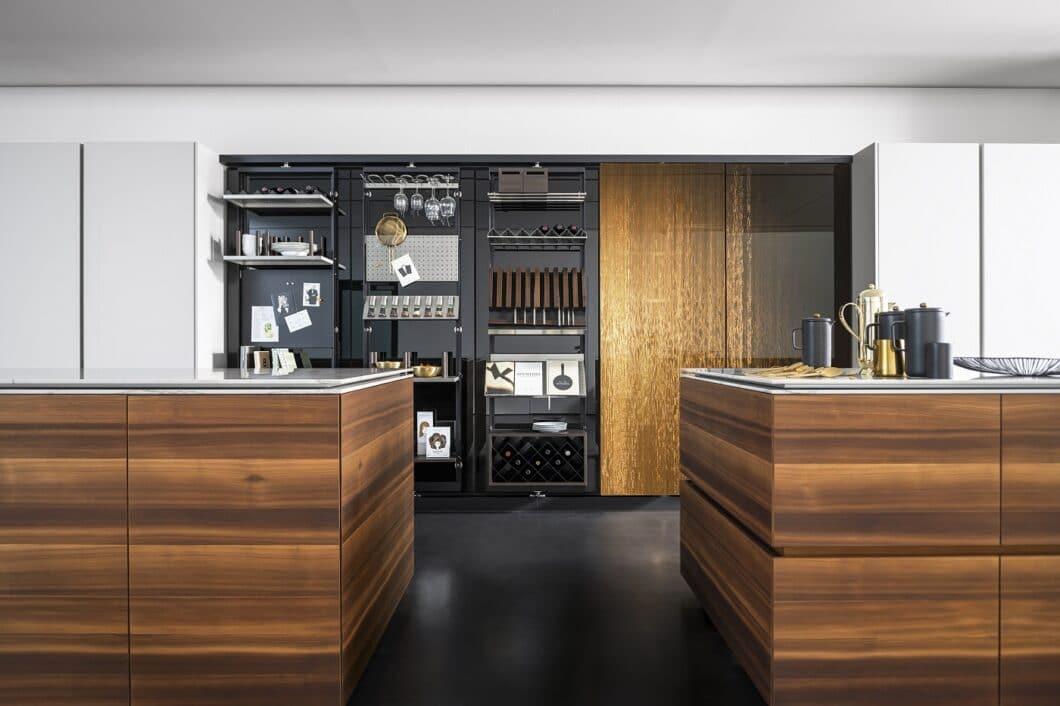 """Glitzernde Optik, hochgradig funktionale Ausstattung: die eggersmann """"Smoked Larch"""" ist ein Musterbeispiel für die perfekte Designküche. (Foto: eggersmann)"""