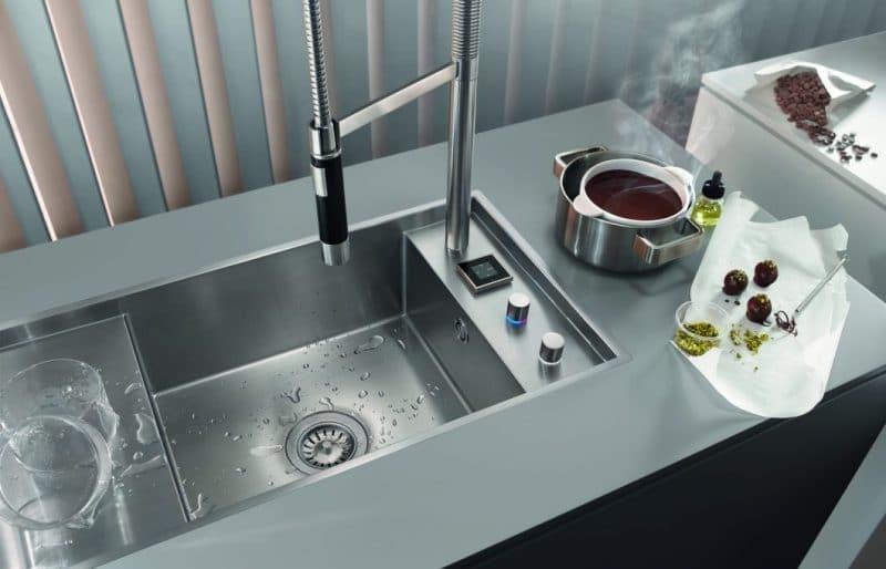 Die Armaturen der eUnit-Kitchen von Dornbracht bringen höchste digitale Funktionen mit Touchpad und Fußsensor in den Bereich der Spüle. (Foto: Dornbracht)