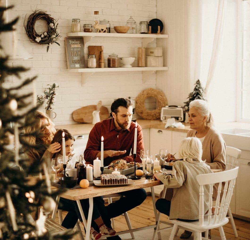 Zeit für Gespräche, Pläne, Fehler und das Leben: eine behagliche Küche bringt Erinnerungen wieder und stellt sofort Vertrautheit her. (Foto: stock)