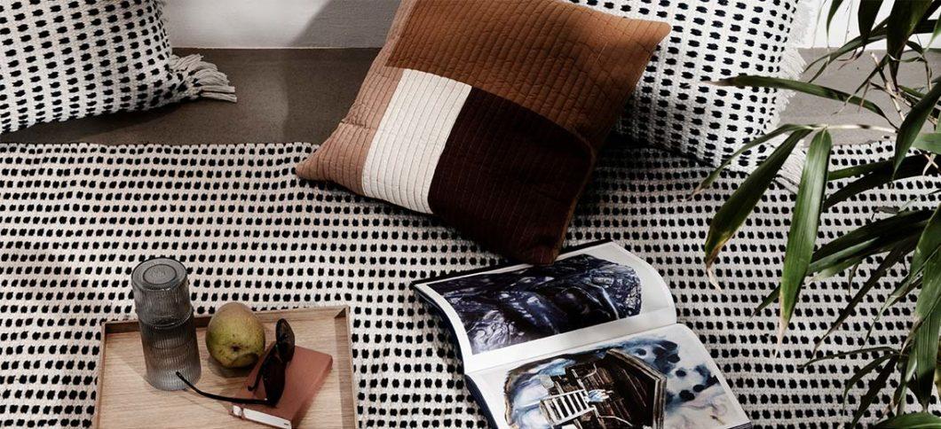 Flickenteppiche wie dieser hübsch gemusterte Bodenbelag sind im Scandi-Look schwer angesagt. Hätten Sie geahnt, dass er aus 292 Plastikflaschen produziert wurde? (Foto: fermliving)