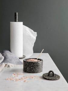 Ein Terrazzo-Imitat in der Küche: Eigentlich ein gusseisernes Gefäß mit hübscher Marmorierung. (Foto: fermliving)