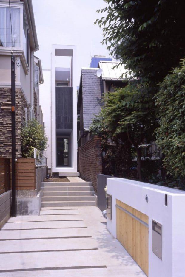 """Da im dicht bebauten Toyko kaum Platz für neuen Wohnraum zu finden ist, müssen sich die Architekten hier etwas einfallen lassen: Wie das ultra-schmale Gebäude """"Flagpole"""" (Architekten: Miligram Architectural Studio)."""