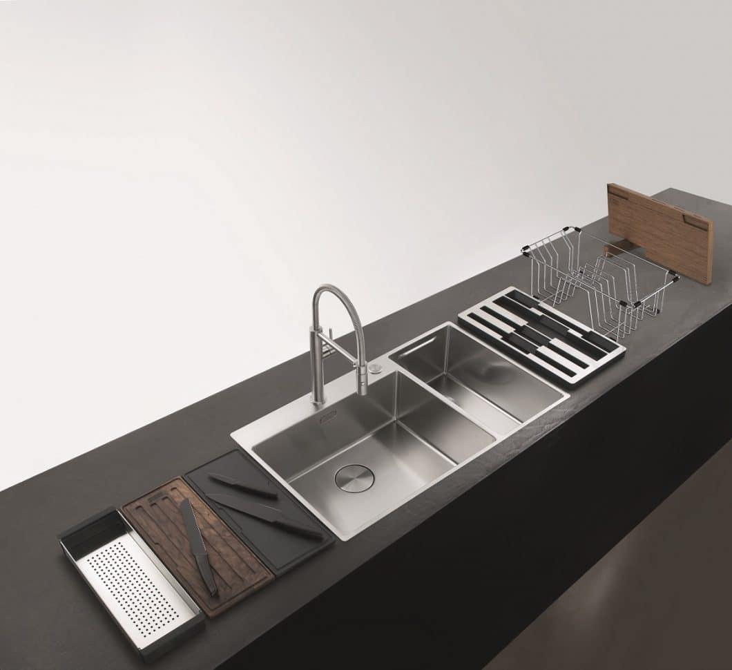 So viele Einzelteile beherbergt das Franke Box Center auf effizientem, kleinem Raum. Ohne Schneidbretter kann das 2. Edelstahlbecken auch als Ausguss genutzt werden, ansonsten dient es zum Abtropfen der Küchenutensilien. (Foto: Franke)