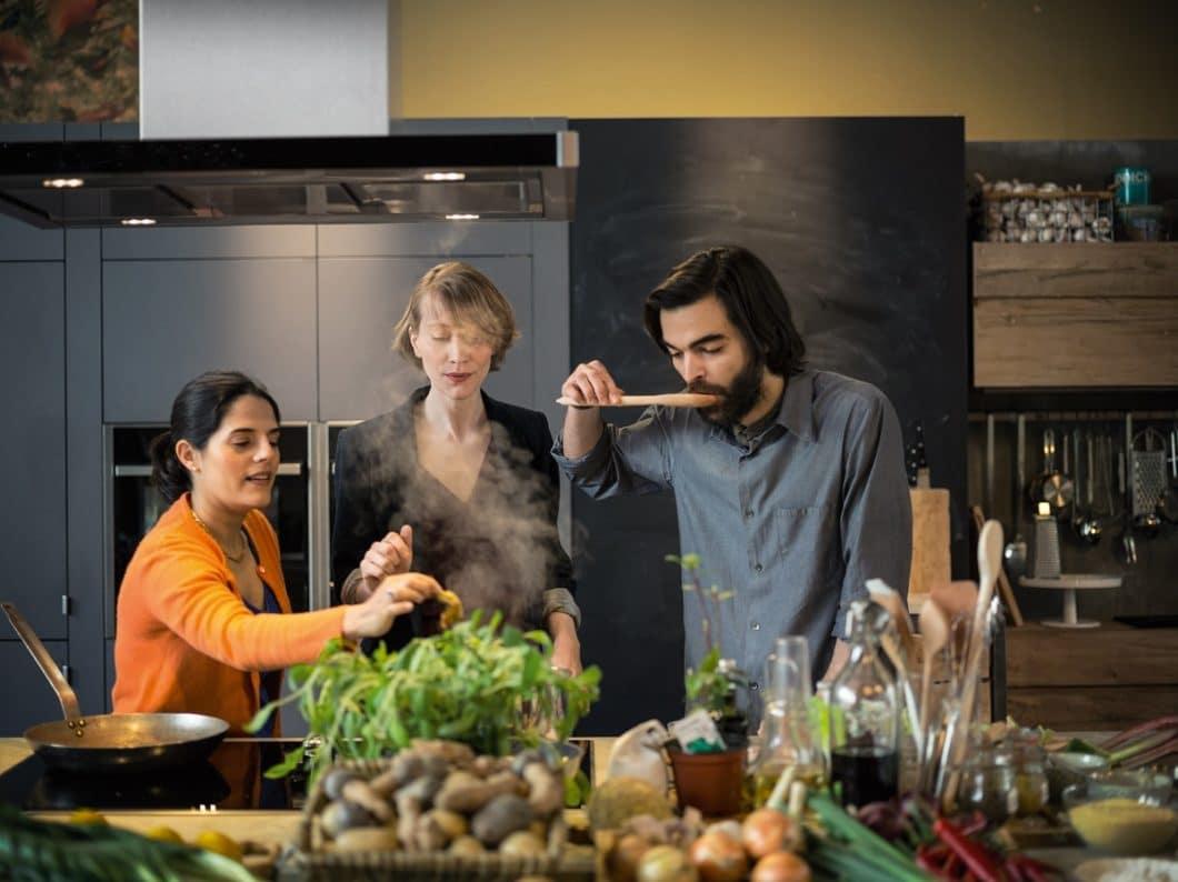 Wichtig sind für die Küchenplanung ebenso Ihre Präferenzen: kochen Sie lieber allein oder mit Freunden, laden Sie oft Gäste zu sich ein und bewirten Sie diese? (Foto: Neff)