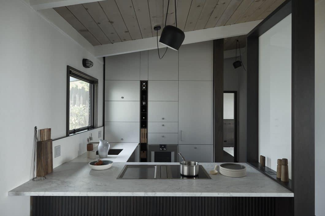 """Neue Stauraummöglichkeiten für die Küche bietet der """"Vertical Bar Block"""" an, der in schmale Nischen raffiniert integriert werden kann und Platz für Weinflaschen, Schneidbretter, Küchenutensilien und Steckdosen bietet. (Foto: Henrybuilt)"""