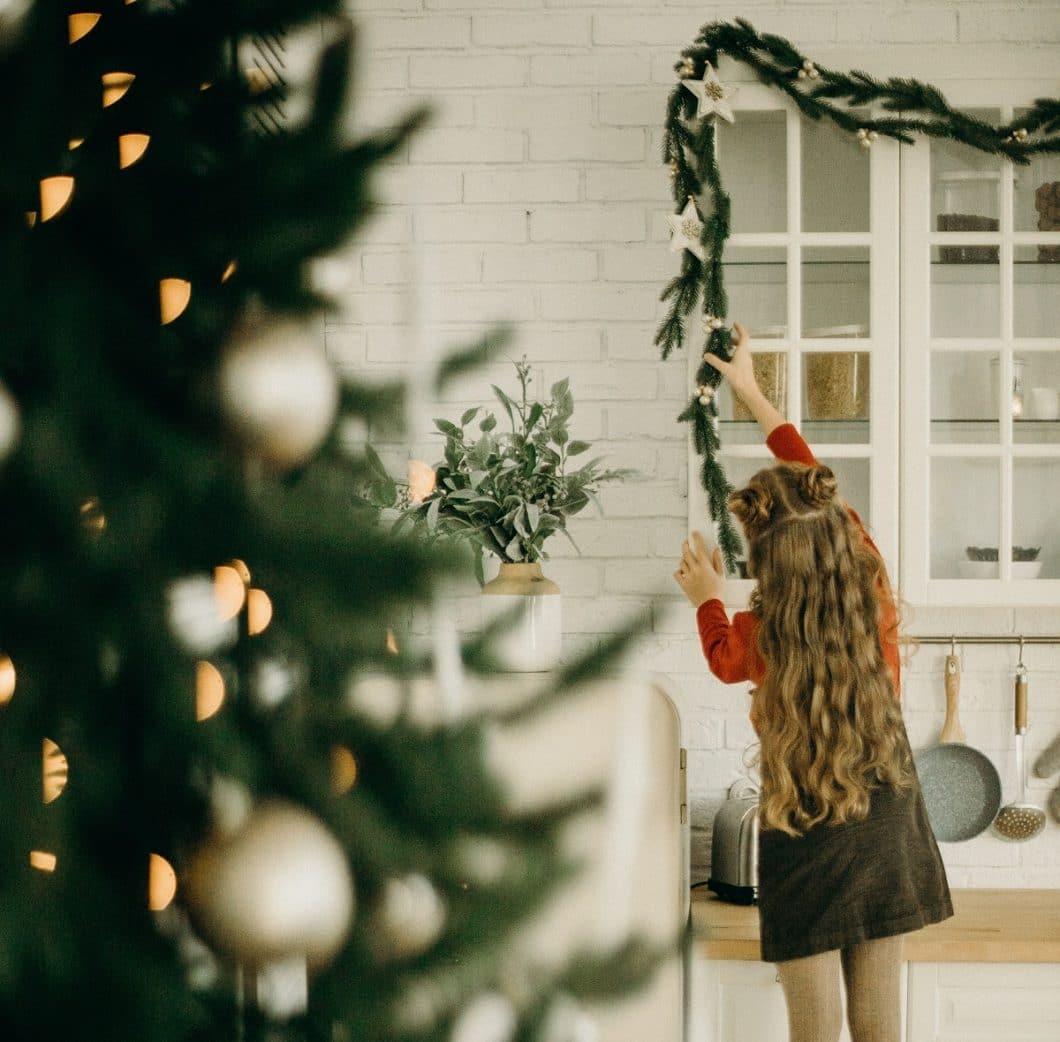 Weihnachten heißt: die Küche auf Hochglanz bringen und dann fein herausputzen - schließlich findet sich hier die ganze Familie ein. (Foto: stock)