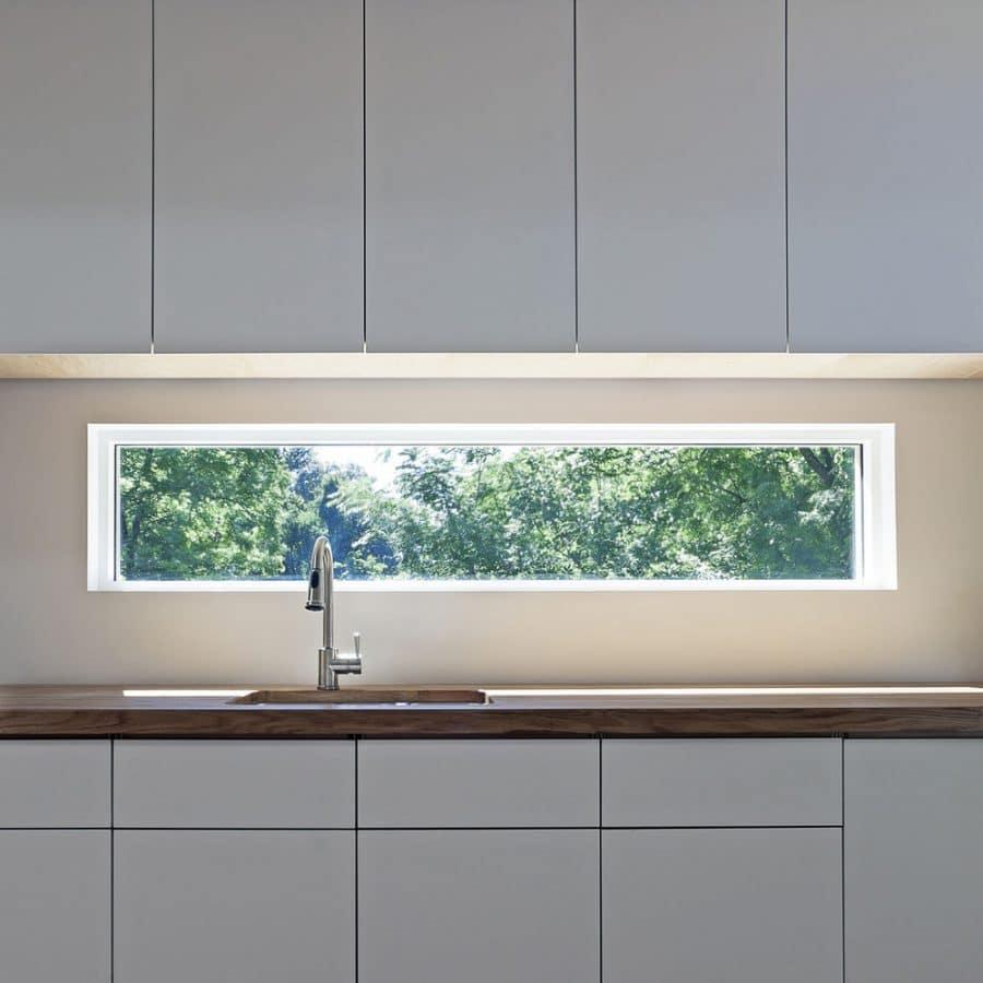 Mit einer schönen Aussicht geht das Spülen doch gleich viel leichter von der Hand. Ein großes Plus an Helligkeit bringt ein Glas in der Küchenrückwand ebenfalls! (Visualizer: 10 Ace Café)