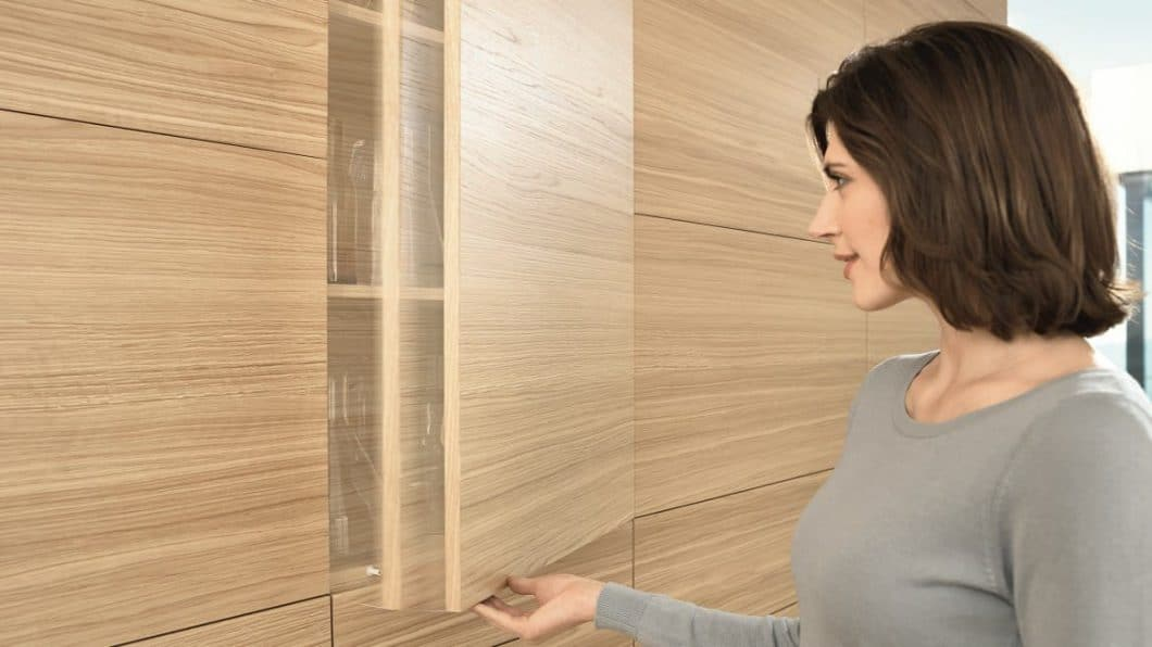 TIP-ON ein mechanischer Öffnungsvorgang, der besonders bei grifflosen Küchen gern verwendet wird. (Foto: BLUM)