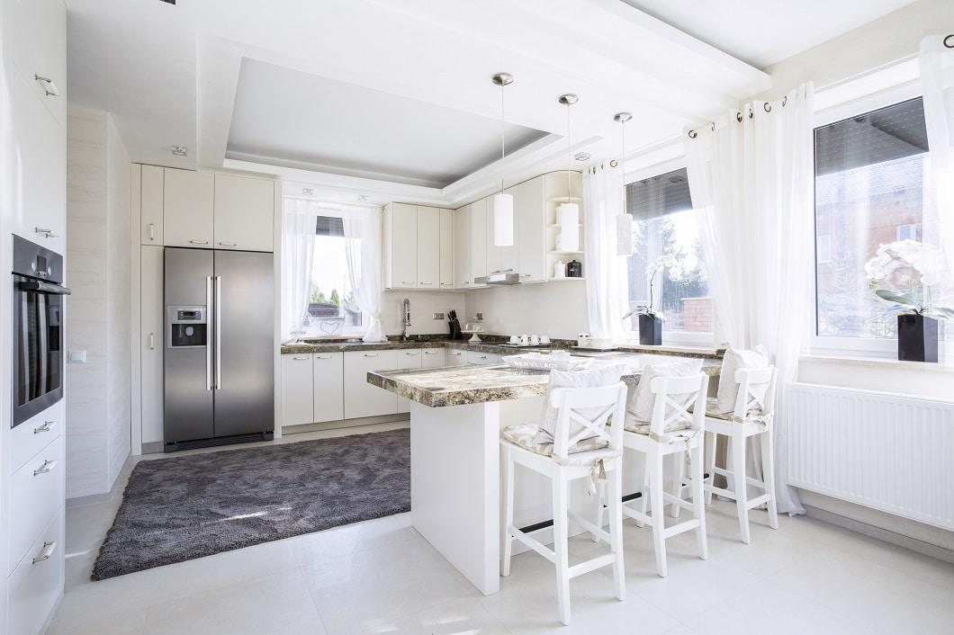 Die klassische amerikanische Küche ist großzügig bemessen und mit voluminösen Einbaugeräten, vom Kühlschrank bis zum Backofen, bemessen. Allerdings: die Küchenbar, die heute vermehrt in europäischen Küchen auftaucht, ist hier schon lange Standard. (Foto: stock)