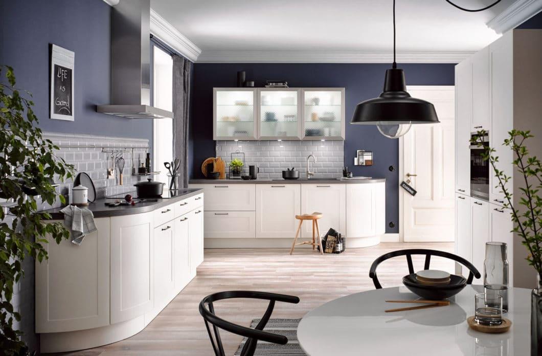 """""""Runde Küchen"""" müssen nicht zwangsläufig umläufig rund sein. Oftmals nutzen Hersteller abgeschrägte Ecken, um sanfte Formen und eine elegante Aura zu erzeugen. (Foto: Häcker)"""