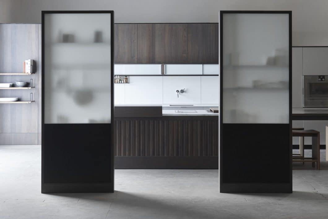 Milchige Trennwände aus Glas und Holz, die vor neugierigen Blicken in die Küche schützen - und auf der anderen Seite als intelligentes Stauraumsystem unterstützen. (Foto: Henrybuilt)