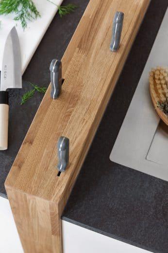 Charmantestes Detail der Loft-Landhaus-Küche: Ein meterlanger, integrierter Messerblock, gut zu erreichen für beide Seiten. (Foto: Küchenstudio Hillig)