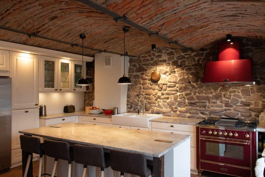 Eine geschickte Verknüpfung von moderner Wohnküche, dem traditionellen Landhausstil und funktionalen Eigenheiten. Ein spannendes Projekt des Küchenhaus Süd aus Frankfurt. (Foto: Küchenhaus Süd)