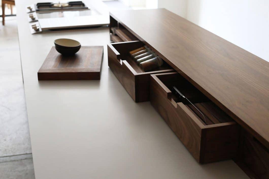 """Der """"Horizontal Bar Block"""" bietet individuelle Schubladenausführungen an für Gewürze, Messer und Bretter - und stellt gleichzeitig eine Küchenbar da. (Foto: Henrybuilt)"""