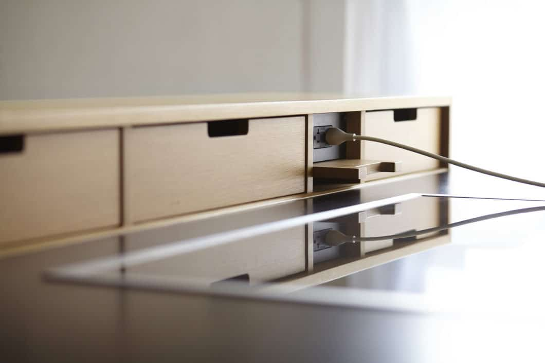 Steckdosen sind am sichersten, wenn sie von außen gar nicht einsehbar sind - und erst, wie dieser USB-Anschluss oder eine richtige Steckdose, zum Zwecke des Arbeitens ausgeklappt werden. (Foto: Henrybuilt)