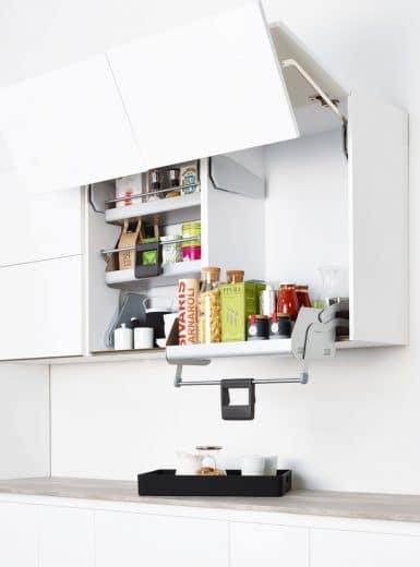 Mit nur einem Handgriff lässt sich die 2. (oder bei Bedarf 3.) Etage des Küchenschranks zum Benutzer herunterziehen. Eine Feder hilft beim problemlosen Zurückdrücken der Schublade. (Foto: kesseböhmer)