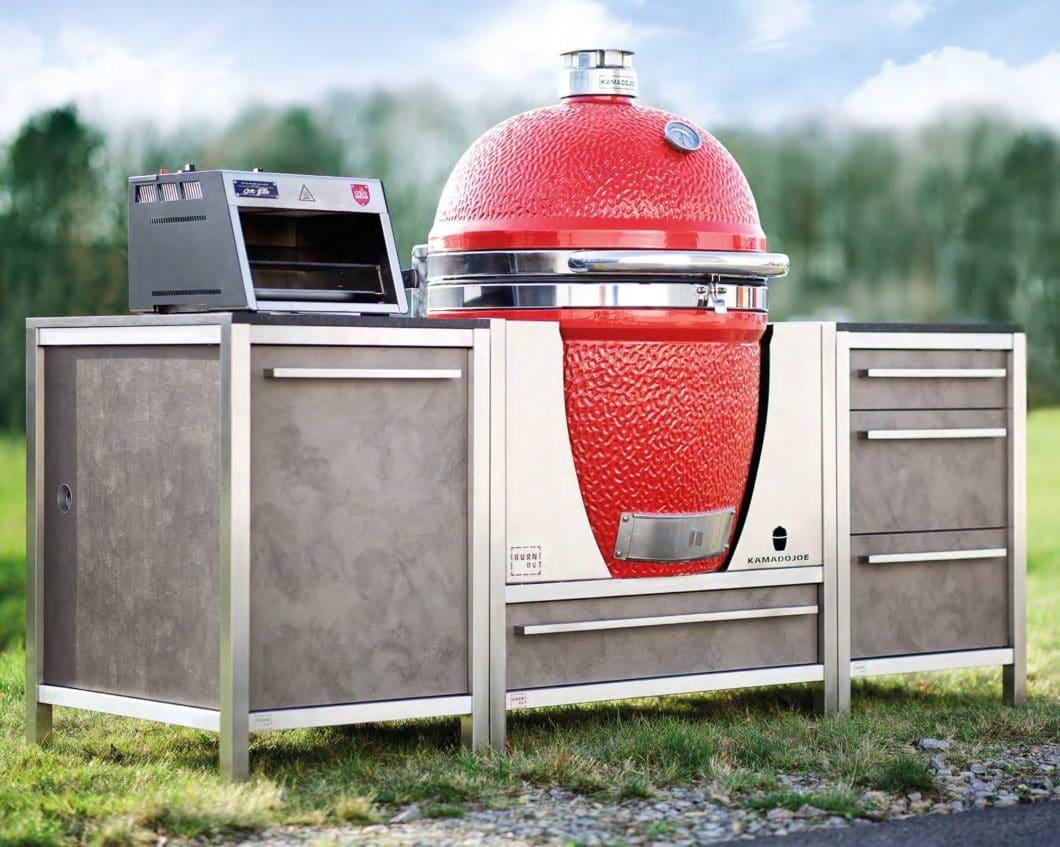 Hochwertige Keramikgrills können in einer speziellen Halterung in die Outdoor Küchen von BURNOUT integriert werden. Foto: BURNOUT)