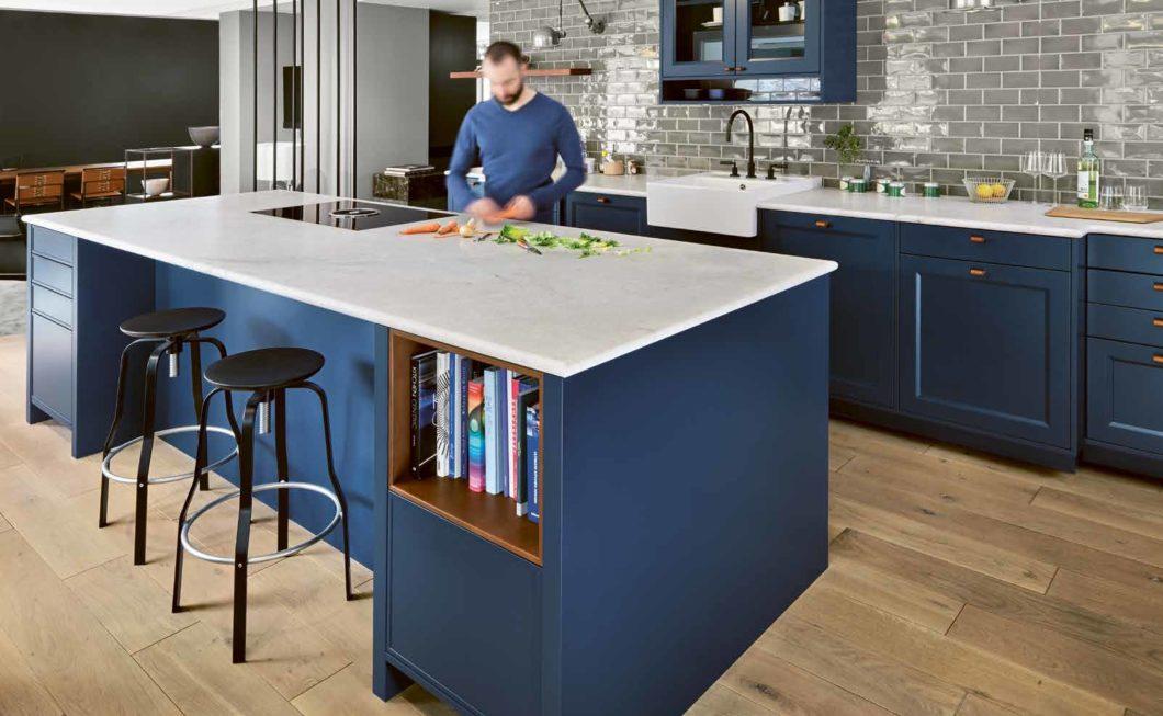 Blau passt ideal zu modernen Küchen- und Wohnräumen: das beweist Mut zur Farbe und wirkt zeitgleich harmonisch und beruhigend. (Foto: Dross & Schaffer Ludwig 6)