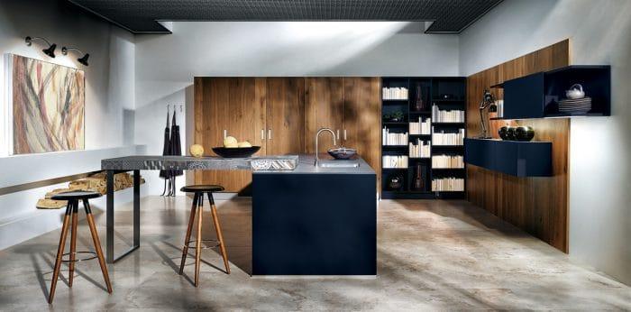 Dunkelblaue Küchenschränke wirken beruhigend und haben eine kraftvolle Ausstrahlung. Hier kombiniert in großem Raum und mit massiven Holzelementen. (Küche: Noel Dempsey, Indigo Blue Matt Glass)